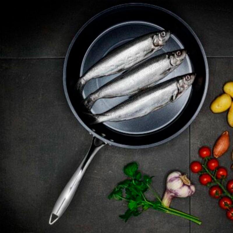 Sartenes cerámicas Kyocera cocinando pescado.