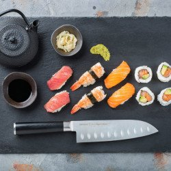 Una vista completa del Cuchillo Santoku MO-V Samura
